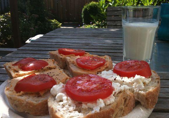 Brood met huttenkase met tomaat