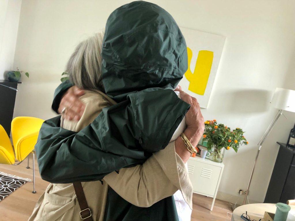 foto van Corona hug met mijn moeder van 82